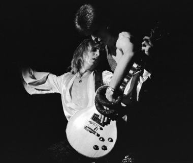 David Bowie and guitarist Mick Ronson (1945 - 1993) play a guitar together during Bowie's last appearance as Ziggy Stardust, at the Hammersmith Odeon, London, 3rd July 1973. (Photo by Debi Doss/Hulton Archive/Getty Images)