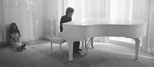 John-Lennon-playing-the-piano-with-Yoko-Ono-Tittenhurst-Park-in-Ascot-smaller-min